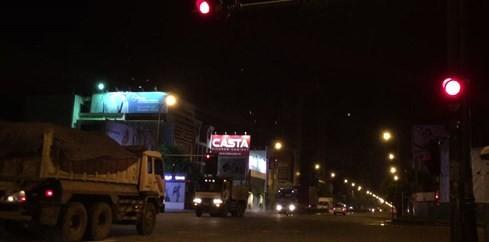"""""""Hung thần"""" xe ben ngang nhiên vượt đèn đỏ tại các giao lộ. Ảnh: Đức Tiến"""