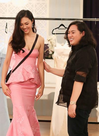 Audrey Hiếu Nguyễn và Tân Hoa khôi trong lúc thử trang phục.