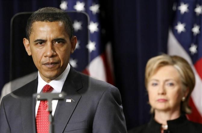 Ông Obama nhìn qua máy teleprompter trong khi phát biểu về chiến lược mới đối với Afghanistan và Pakistan. Đứng phía sau hậu thuẫn là bà Clinton tháng 3/2009. Ảnh: Kevin Lamarque / Reuters.