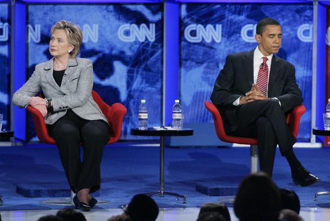 Bà Clinton và ông Obama lúc này đều đang là ứng viên Đảng Dân chủ trong buổi tranh biện Tổng thống tại Las Vegas, Nevada tháng 11/2007. Ảnh Steve Marcus/ Reuters.