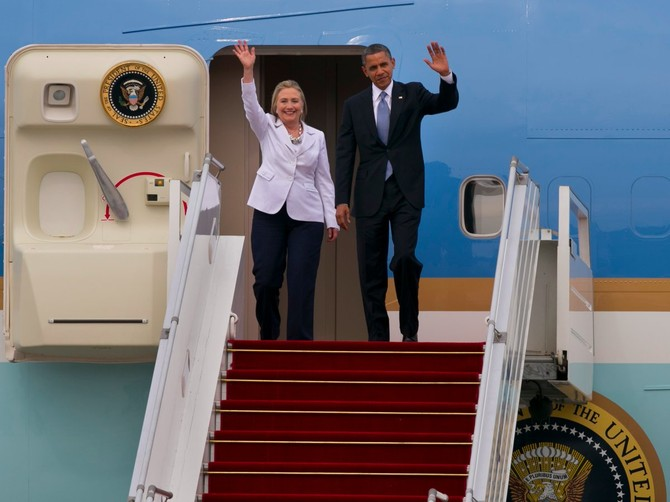 Tổng thống Obama cùng bà Hillary Clinton vẫy tay chào người dân Myanmar tại sân bay Yangon tháng 11/2012. Ảnh: Paula Bronstein/Getty Images