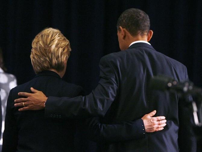 Hillary Clinton thân thiết khoác vai Tổng thống Obama sau ông tuyên bố lựa chọn bà làm Ngoại trưởng Mỹ tháng 12/2008. Ảnh: Jeff Haynes/ Reuters.