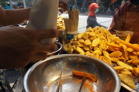 Sài Gòn những 'cơn sốt' xoài lắc, mỳ cay, bún đậu: Sớm nở, chóng tàn - ảnh 9