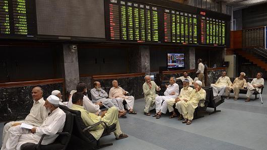Một trung tâm giao dịch môi giới chứng khoán tại Karachi-Pakistan.