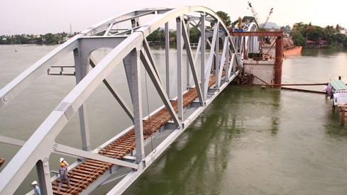Hai nhịp cầu Ghềnh đã được đưa vào trụ đỡ tạm, dự kiến ngày mai kích nâng lên trụ cầu chính. Ảnh: Lê Lâm