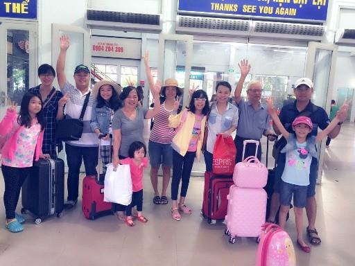 Những hành khách đầu tiên trên chuyến tàu TN1 chạy thông suốt từ ga Hà Nội đến ga Sài Gòn (Ảnh: Q.Văn)