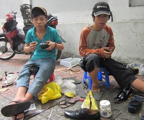 """Thợ lề đường sửa giày cho """"sao"""" - ảnh 1"""