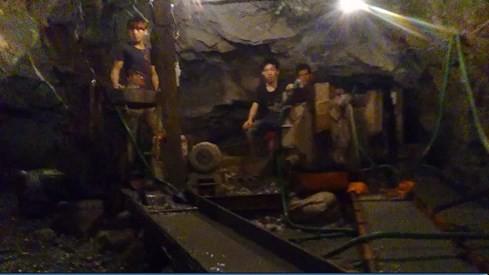 Phu vàng khai thác vàng tại mỏ Pác Lạng với hệ thống máy móc thiết bị cỡ lớn đặt dưới hầm đất. Ảnh: Hà An