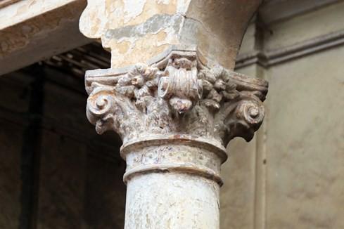 Những cột trụ còn khá nguyên vẹn