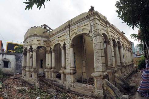 Đây là công trình kiến trúc hết sức độc đáo với nền cao và hành lang bao quanh