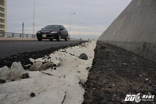 Cầu vượt thép 2.847 tỷ đồng ở Hà Nội vừa thông xe đã rạn nứt nham nhở