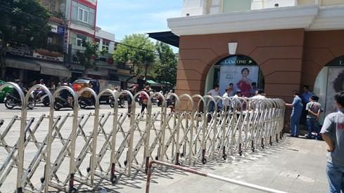 Nhân viên siêu thị Big C giăng băng rôn cầu cứu Chủ tịch Đà Nẵng - ảnh 3
