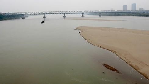Mực nước sông Hồng nhiều năm gần đây liên tục hạ thấp. Ảnh: Ngọc Thắng