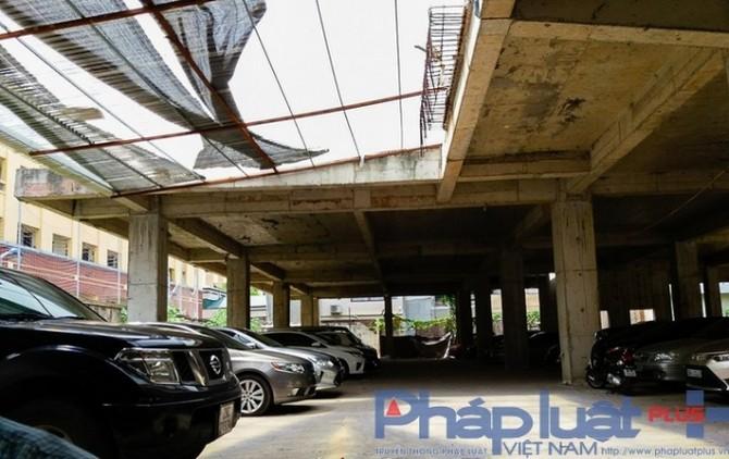 Phần sàn tầng trệt của công trình đã biến tướng thành khu vực gửi và rửa xe ôtô với hàng trăm chiếc ô tô được trông giữ mỗi ngày. Không những nhận trông giữ xe, bên trong khu dự án này còn có điểm rửa xe ô tô khá tấp nập khách.