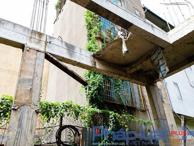 Nhiều cốt sắt tại các trụ bê tông đã bị gỉ sét, treo lơ lửng trên cao, rất nguy hiểm.