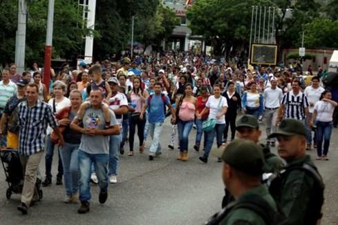 Dân Venezuela khóc khi thấy thức ăn được bán ở Colombia - ảnh 1