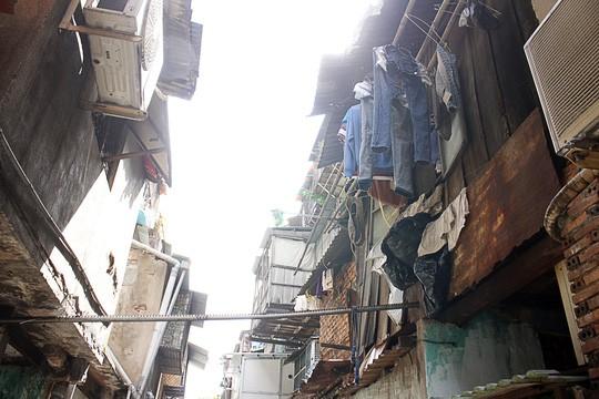 Tường nhà nứt nẻ, bong tróc, đổ sập nên nhiều hộ dân phải lắp ghép các miếng ván, miếng tôn để che chắn tạm.