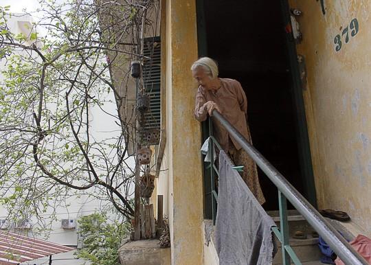 Cụ Nguyễn Thị Tư (89 tuổi) cho biết rằng khu cư xá này có tuổi đời hơn cụ rất nhiều năm. Hiện khu cư xá đang ngày càng nứt nẻ, bong tróc, khiến cuộc sống của 25 hộ dân tại đây không được đảm bảo.