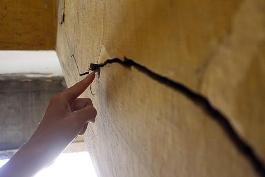 Theo những người dân sinh sống tại đây, thời gian thi công đại lộ Võ Văn Kiệt thì tường nhà bắt đầu xuất hiện nhiều vết nứt lớn kéo dài.