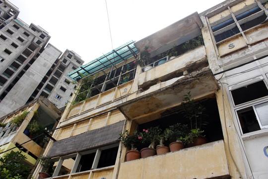 Khu cư xá 626 (Võ Văn Kiệt, phường Cầu Kho, quận 1) cũng đã xuống cấp nghiêm trọng. Mặc dù đã được quy hoạch, nhưng người dân vẫn chưa được thông báo về thông tin đền bù nên vẫn phải ở trong tâm trạng bất an, lo sợ nhà sập.