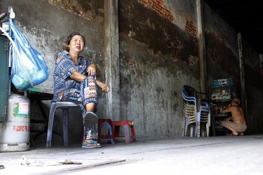 Bà Chín (68 tuổi) bán bột chiên, nước giải khát ngay cổng của một căn nhà cổ cho hay nhiều người đã dọn nhà qua khu vực khác để sinh sống vì nhà đã quá xuống cấp.