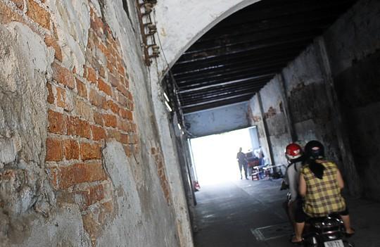 Hẻm 232 Võ Văn Kiệt là một đường hầm đi xuyên qua khu nhà cổ nhiều tầng này. Hai bên tường đã bong tróc xi măng gần hết.
