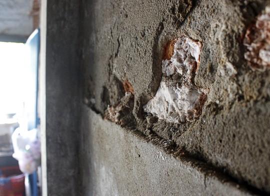 Theo người dân địa phương, khu nhà cổ này thời xưa vốn là trụ sở Công ty Nước mắm Liên Thành. Xung quanh những lớp tường bong tróc bám rất nhiều lớp muối mặn nên muốn trát xi măng trùng tu cũng rất khó.