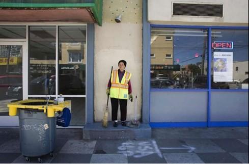 Phụ nữ gốc Việt quét rác nuôi 3 cháu ăn học làm nước Mỹ xúc động - ảnh 2
