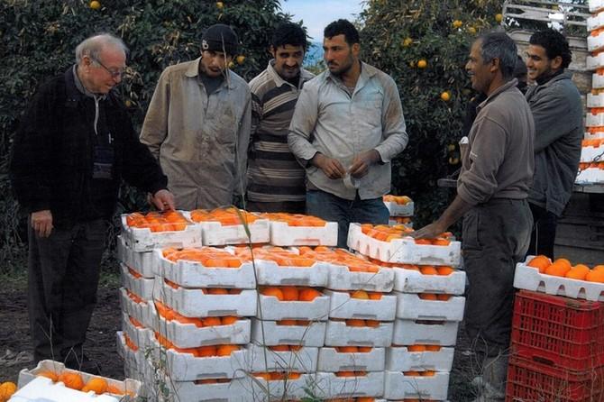 Giáo sư Daniel Hillel với những người nông dân trồng cam tại Jordan-Israel