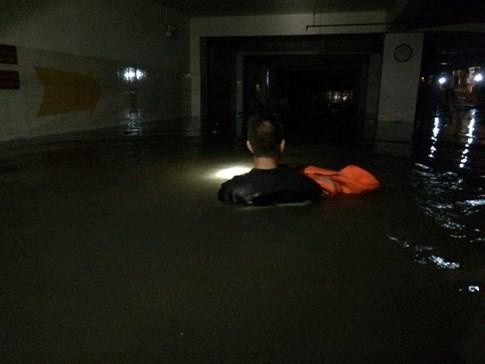 Mực nước trong hầm chi nhánh ngân hàng VP Bank khoảng 1,5 m