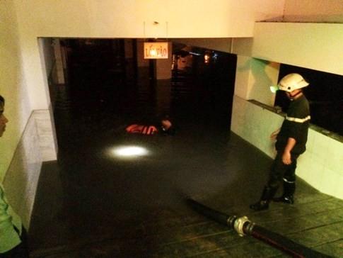 Nhiều nhân viên ngân hàng phải ở đến nửa đêm vì có xe bị mắc kẹt trong hầm