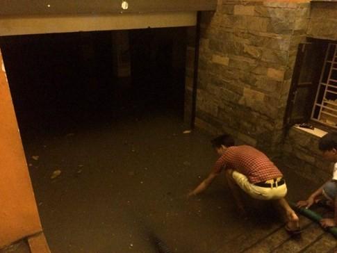 Vì nước ngập, mọi hoạt đồng kinh doanh bị tê liệt hoàn toàn