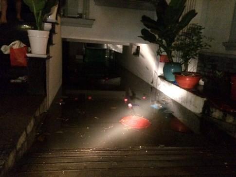 Theo người dân nơi đây cho biết, sau khi mực nước trên đường Phan Xích Long dâng lên cao, kèm theo đó là những đợt sóng từ các ô tô tạo nên làm nước tràn vào hầm để xe nơi đây