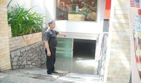 Ông Võ Văn Mỹ, nhân viên bảo vệ quán kem Swensens (số 166 Phan Xích Long P.2, Q.Phú Nhuận) cho biết, chiều tối qua trận mưa đổ xuống quá lớn, chỉ sau 20 phút cả con đường Phan Xích Long đã mênh mông nước rồi tràn vào hầm để xe nhưng cứu không kịp