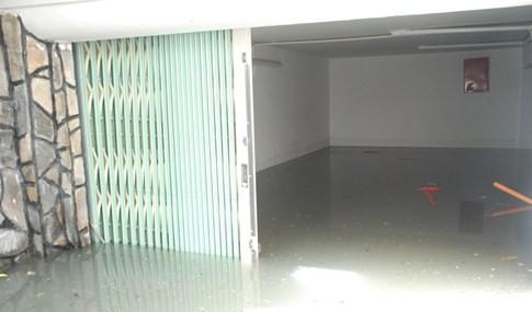 Đến trưa nay căn hầm của quán kem Swensens vẫn còn ngập sâu