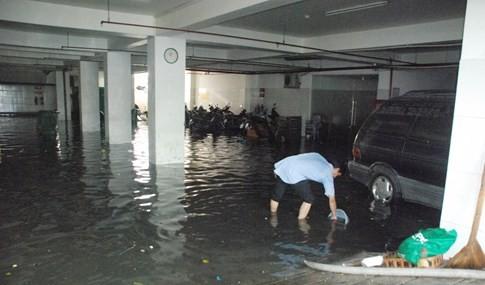 Tại chi nhánh ngân hàng VP Bank đã bơm nước ra ngoài nhưng tình trạng ngập vẫn còn diễn ra