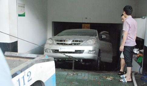 Giải cứu xe ô tô khỏi hầm nước tại chi nhánh ngân hàng VP Bank