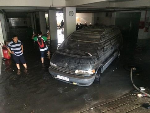Đến trưa các ô tô lần lượt được kéo ra khỏi tầng hầm của ngân hàng VP Bank