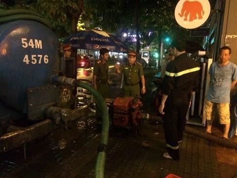 Phòng cảnh sát PCCC đã điều động 42 cán bộ chiến sĩ, 4 xe chữa cháy, 5 máy bơm nước, 1 máy bơm ống
