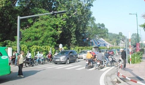 Người Sài Gòn bất ngờ ngày đầu phân luồng, cấm xe ở sân bay Tân Sơn Nhất - ảnh 2