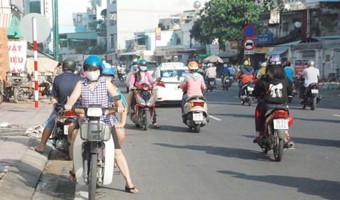 Người Sài Gòn bất ngờ ngày đầu phân luồng, cấm xe ở sân bay Tân Sơn Nhất - ảnh 4