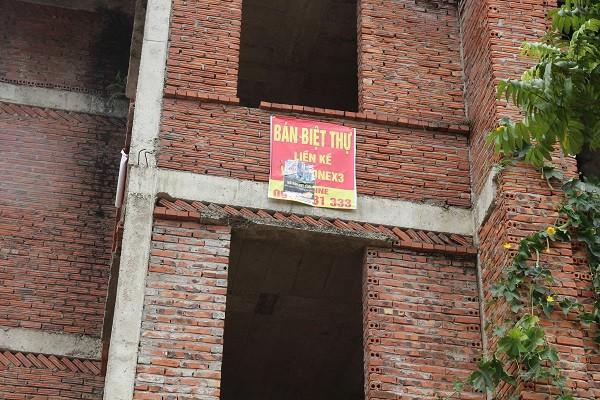 Biển quảng cáo do nhà đầu tư Vinaconex 3 treo tràn lan quanh khu đô thị nhằm thu hút người mua.