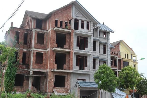 Những ngôi nhà nằm ở vị trí khá sầm uất nhưng dang dở, không một bóng người, mới chỉ xây dựng xong phần thô.