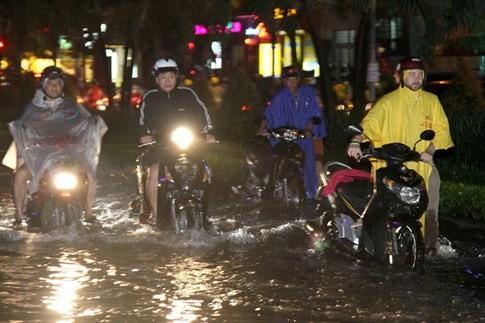 Nhiều hầm xe máy, ô tô ở Sài Gòn chìm trong biển nước sau mưa to - ảnh 12
