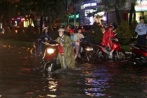Nhiều hầm xe máy, ô tô ở Sài Gòn chìm trong biển nước sau mưa to - ảnh 13