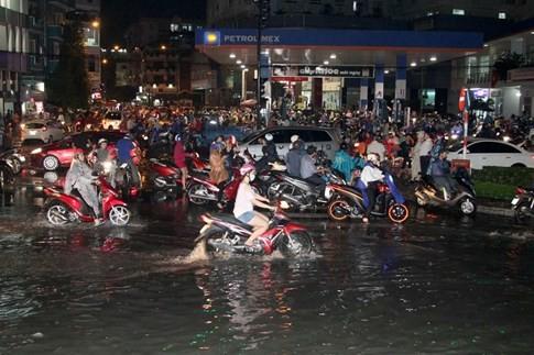 Nhiều hầm xe máy, ô tô ở Sài Gòn chìm trong biển nước sau mưa to - ảnh 11