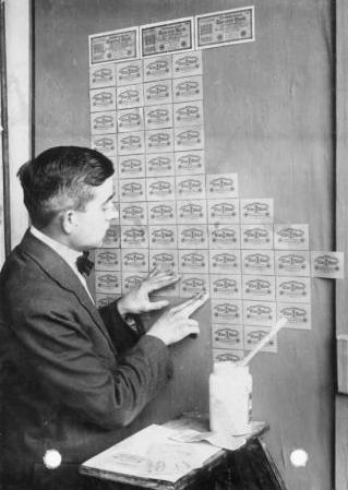 Tiền được dùng làm giấy dán tường