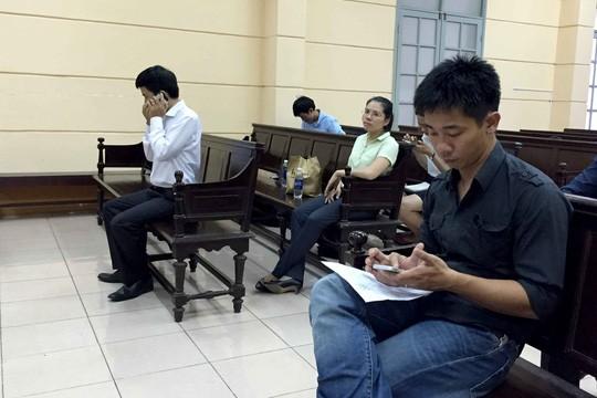 Ông Phạm Lê Tuấn Nghĩa (áo đen) khởi kiện UBND phường Bến Nghé. Người hầu tòa là ông Võ Quốc Hưng, Phó chủ tịch UBND phường (áo trắng) hôm 16-8.