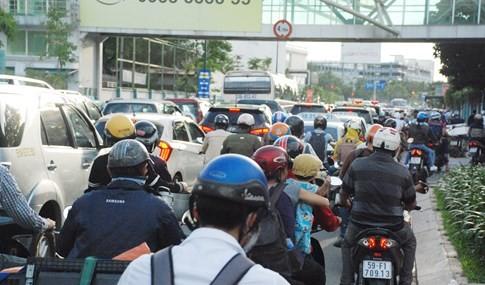 Người dân đi chơi lễ, cửa ngõ sân bay Tân Sơn Nhất kẹt cứng - ảnh 1