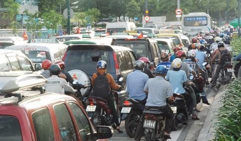 Người dân đi chơi lễ, cửa ngõ sân bay Tân Sơn Nhất kẹt cứng - ảnh 2